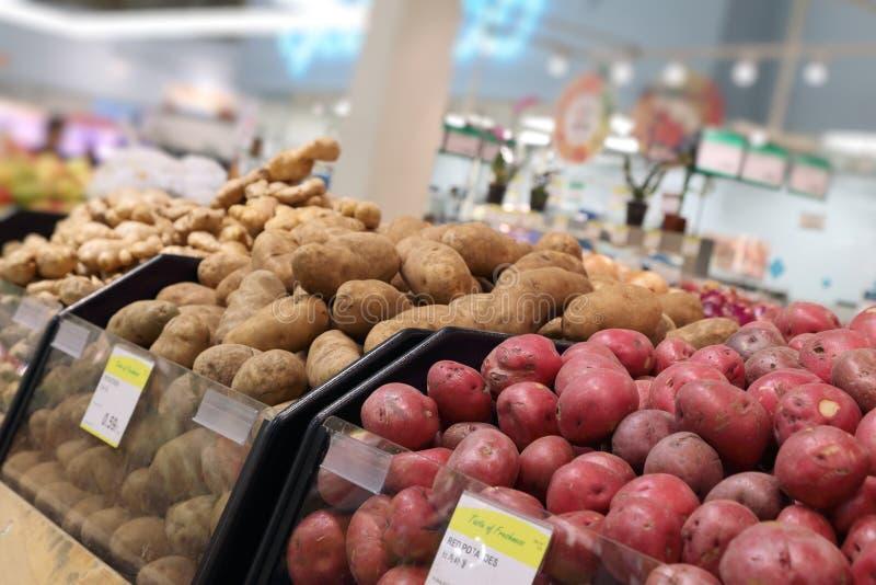 De Afdeling van het voedsel in Supermarkt royalty-vrije stock afbeeldingen