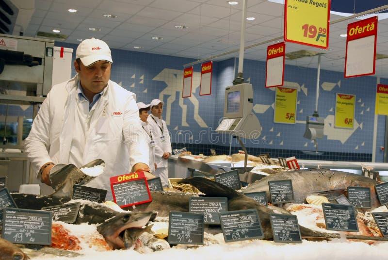 De afdeling van vissen bij supermarkt royalty-vrije stock fotografie