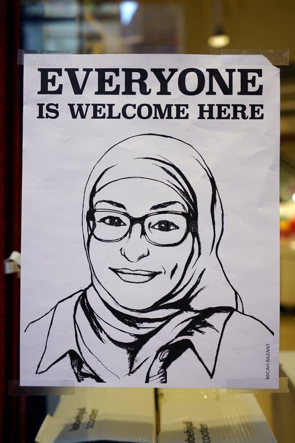 De affiche die een Moslimvrouw met een hijabsluier vertegenwoordigen die iedereen zeggen is hier Welkom stock afbeelding