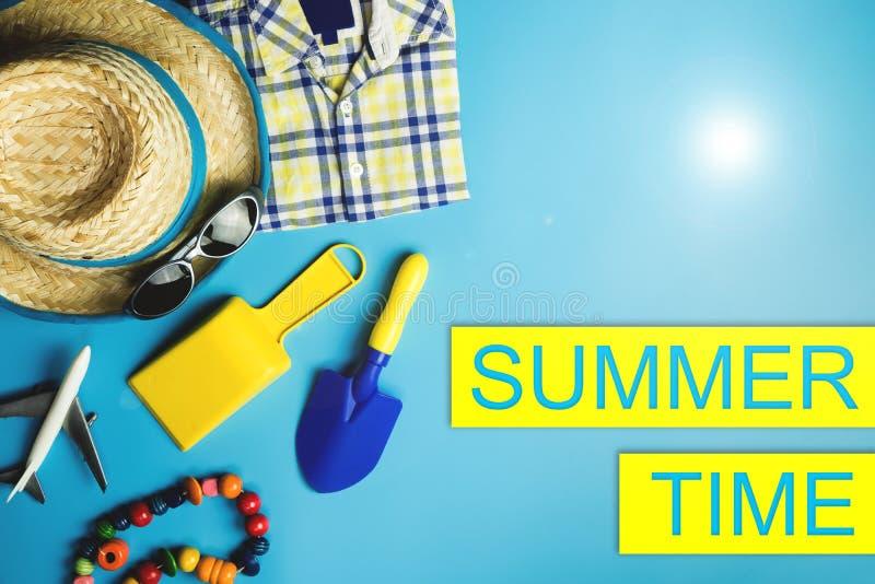 De affiche van de de zomerverkoop met de vlakte van het vakantiestrand lag stock afbeelding