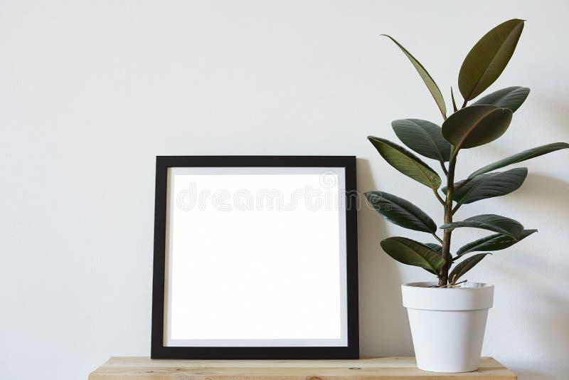 De affiches regelen formaat in zwart kader in wit modieus modern binnenland op plank, woonkamer Het model van het ontwerpmalplaat stock afbeeldingen