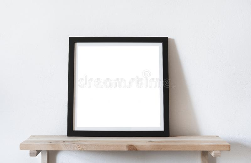 De affiches regelen formaat in zwart kader in wit modieus modern binnenland op plank, woonkamer Het model van het ontwerpmalplaat stock afbeelding