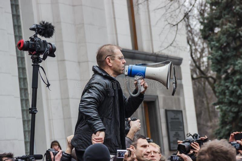 De afgevaardigde Pashinsky spreekt in de megafoon op meetin stock foto
