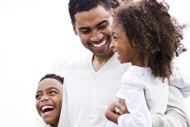 De Afrikaans-Amerikaanse vader die van de close-up met jonge geitjes lacht royalty-vrije stock fotografie