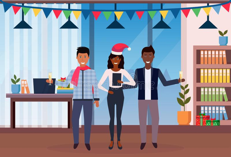 De Afrikaanse Amerikaanse bedrijfsmensen houden viering van het jaar vrolijke Kerstmis van champagneglazen de nieuwe in modern bu stock illustratie