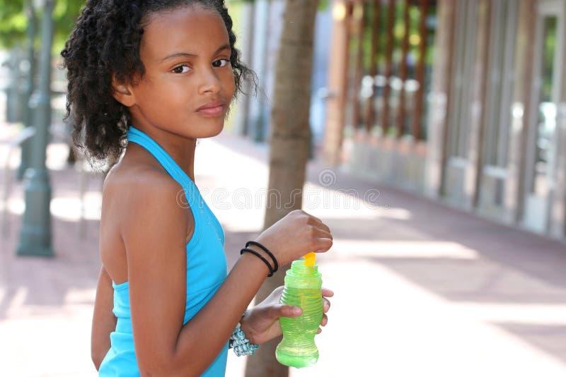 De Afrikaanse Amerikaanse Blazende Bellen van het Meisje van de Tiener stock afbeelding