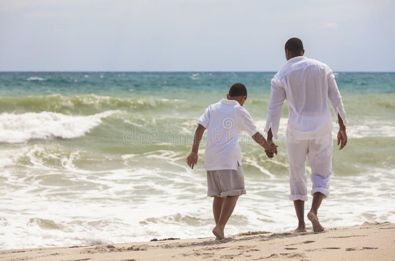 De Afrikaanse Amerikaanse Familie van de Zoon van de Vader op Strand royalty-vrije stock foto