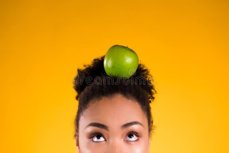 De Afrikaanse Amerikaanse geïsoleerde appel van de meisjesholding stock foto