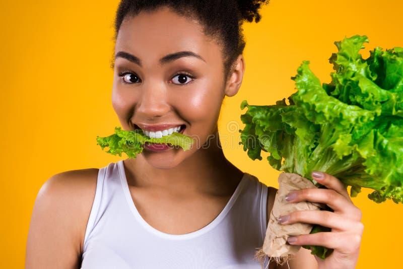De Afrikaanse Amerikaanse geïsoleerde salade van de meisjesholding royalty-vrije stock fotografie