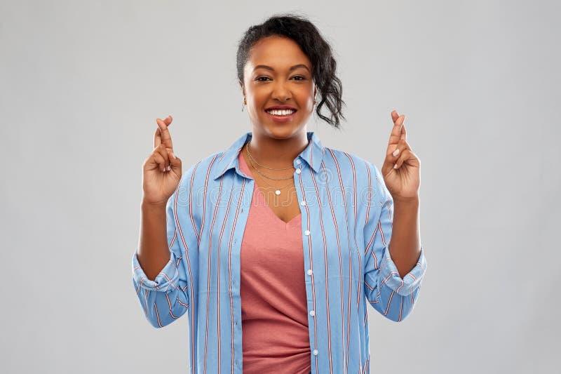 De Afrikaanse Amerikaanse gekruiste vingers van de vrouwenholding royalty-vrije stock afbeelding
