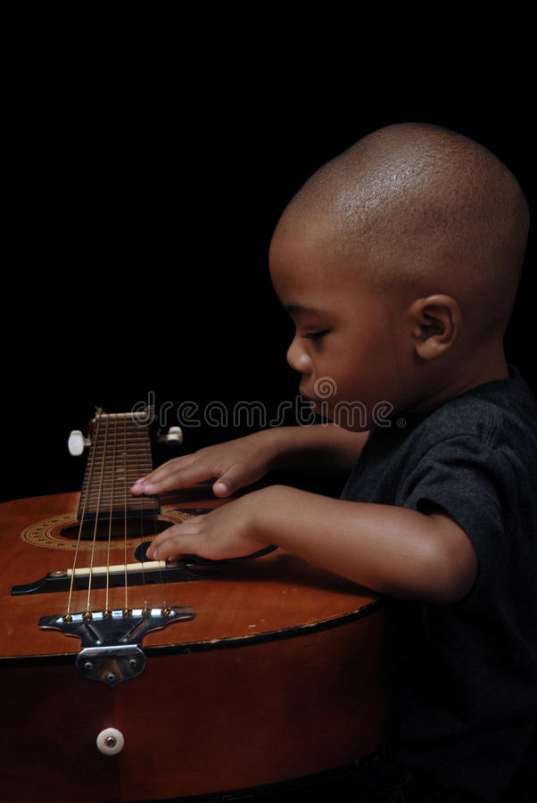 De Afrikaanse Amerikaanse gitaar van het jongensspel royalty-vrije stock fotografie
