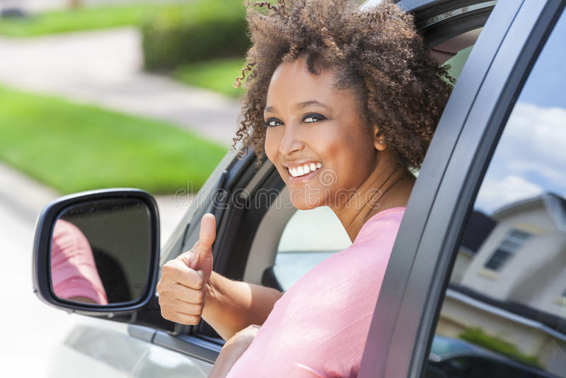 De Afrikaanse Amerikaanse Meisjesvrouw beduimelt Opdrijvende Auto royalty-vrije stock afbeeldingen
