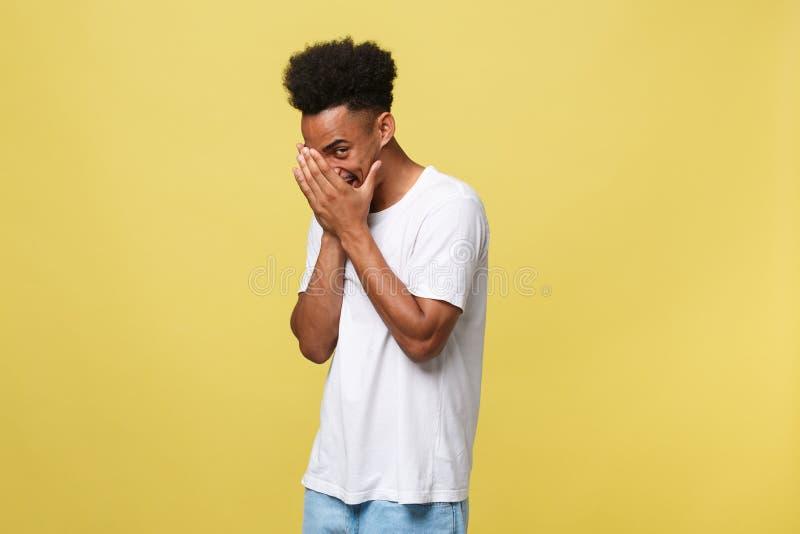 De Afrikaanse Amerikaanse mens die met baard hebbend gooi kijkt glurend door vingers, die gezicht behandelen met handen het kijke royalty-vrije stock afbeeldingen