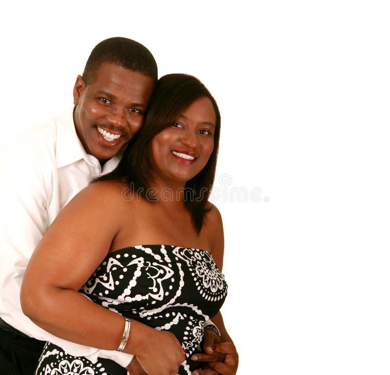 De Afrikaanse Amerikaanse Omhelzing van het Paar stock afbeeldingen
