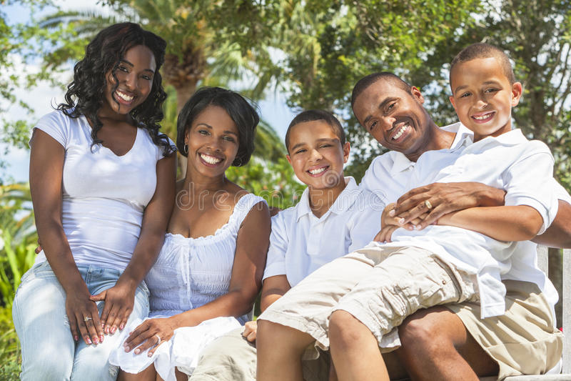 De Afrikaanse Amerikaanse Ouders en de Kinderen van de Familie stock afbeeldingen