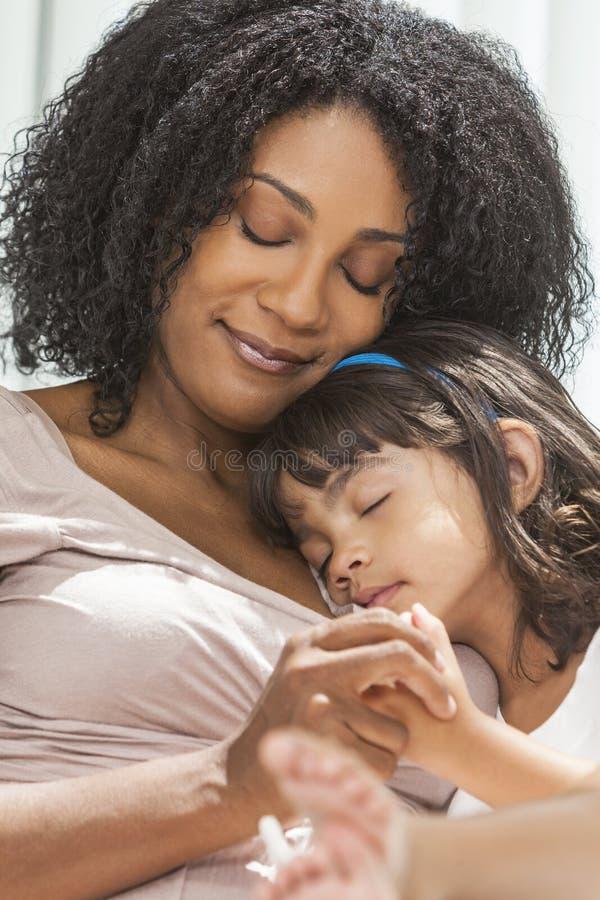De Afrikaanse Amerikaanse Slaap van de de Moederdochter van het Vrouwenkind royalty-vrije stock afbeelding