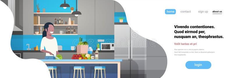 De Afrikaanse Amerikaanse van het de keuken binnenlandse meisje van de vrouwenkok hakkende groenten die thuis anoniem glimlachkar royalty-vrije illustratie