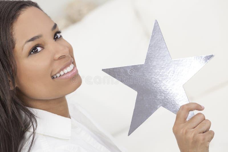 De Afrikaanse Amerikaanse Zilveren Ster van de Holding van de Vrouw royalty-vrije stock afbeelding