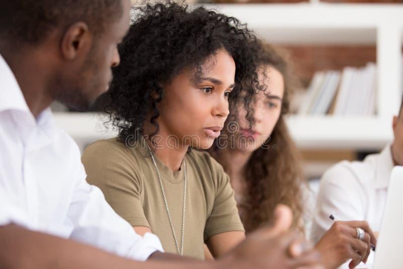 De Afrikaanse leider die van het leraarsteam verklarend het online werk aan werknemers spreken stock foto