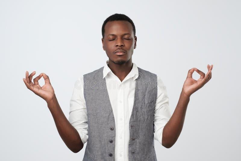 De Afrikaanse mens mediteert pogingen na lange uren te ontspannen van het bestuderen of het werken royalty-vrije stock foto's