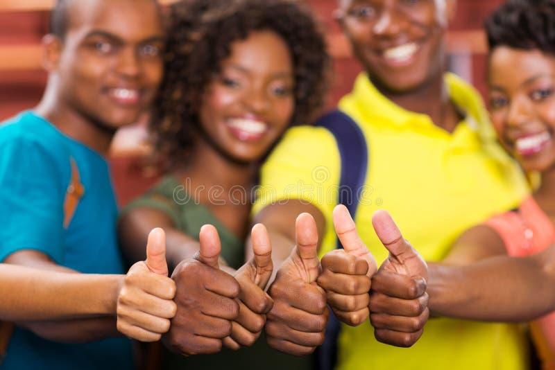 De Afrikaanse vrienden beduimelt omhoog royalty-vrije stock afbeelding