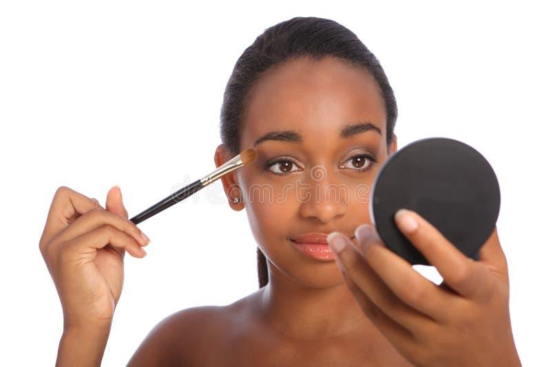 De Afrikaanse vrouwenoogschaduw maakt omhoog schoonheidsmiddelenborstel stock fotografie