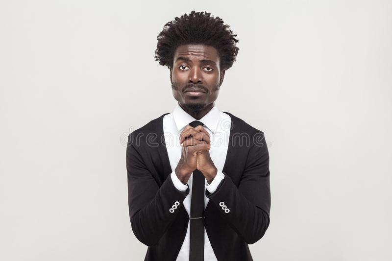 De Afrikaanse zakenman die camera bekijken en verontschuldigt zich royalty-vrije stock afbeelding
