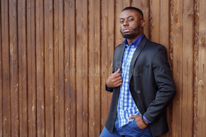Is de Afro Amerikaanse mens in kostuum zeker en bekijkend camera stock fotografie