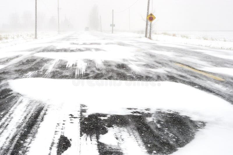 De afschuwelijke Voorwaarden van de Weg van de Winter stock afbeelding
