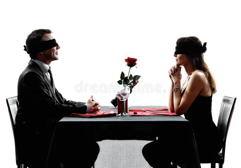 De afspraak tussen onbekende man en vrouw die van parenminnaars dinersilhouetten dateren royalty-vrije stock afbeelding