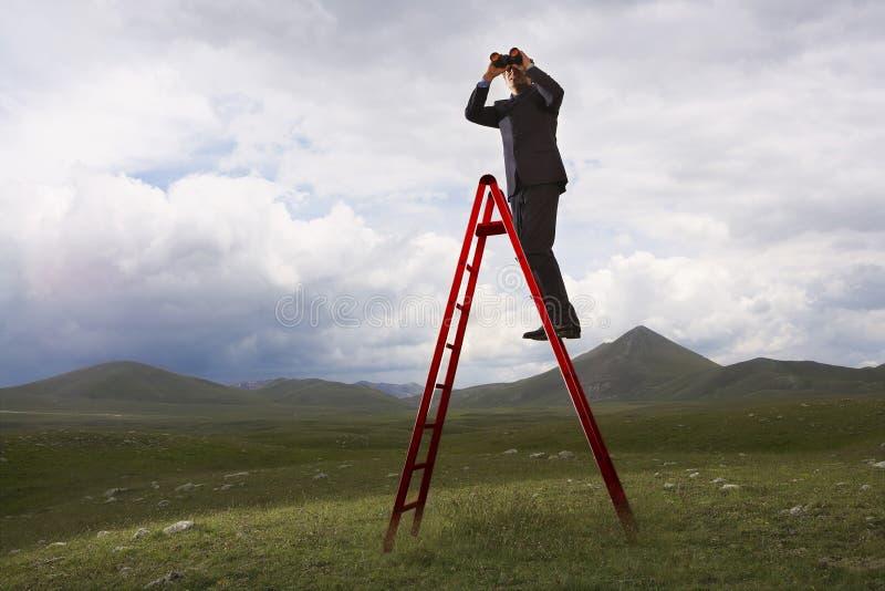 De Afstand van zakenmanlooking into the stock afbeeldingen
