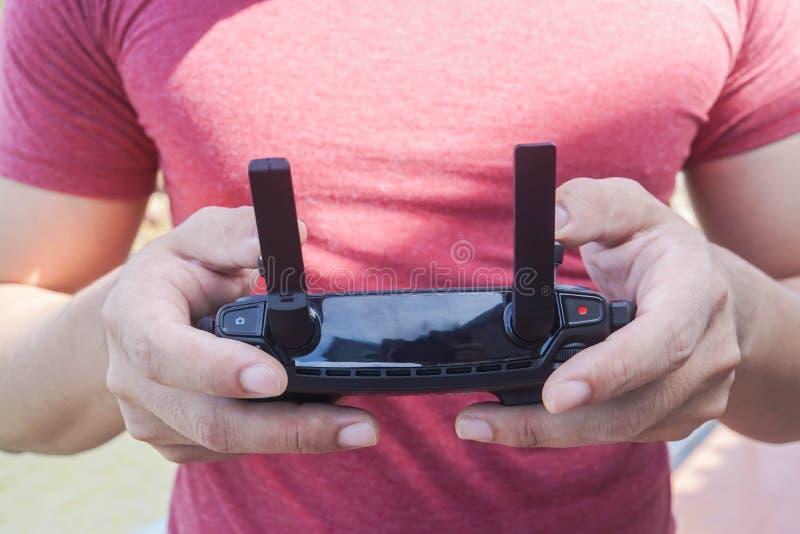 De afstandsbediening van de mensengreep van hommel voor spel en neemt foto stock afbeeldingen