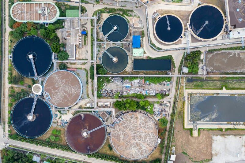 De afvalwaterzuiveringsinstallatie loopt in tank van elektrisch elektrische centralehulpkantoor stock afbeelding