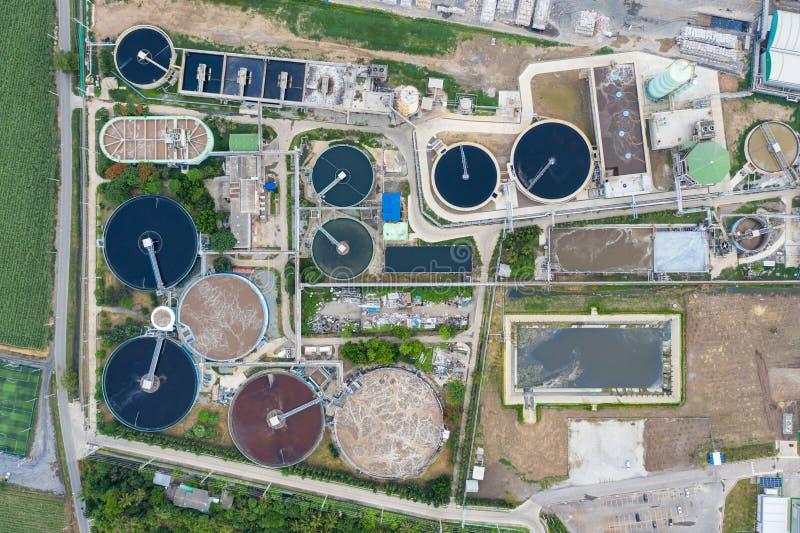 De afvalwaterzuiveringsinstallatie loopt in tank van elektrisch elektrische centralehulpkantoor stock foto