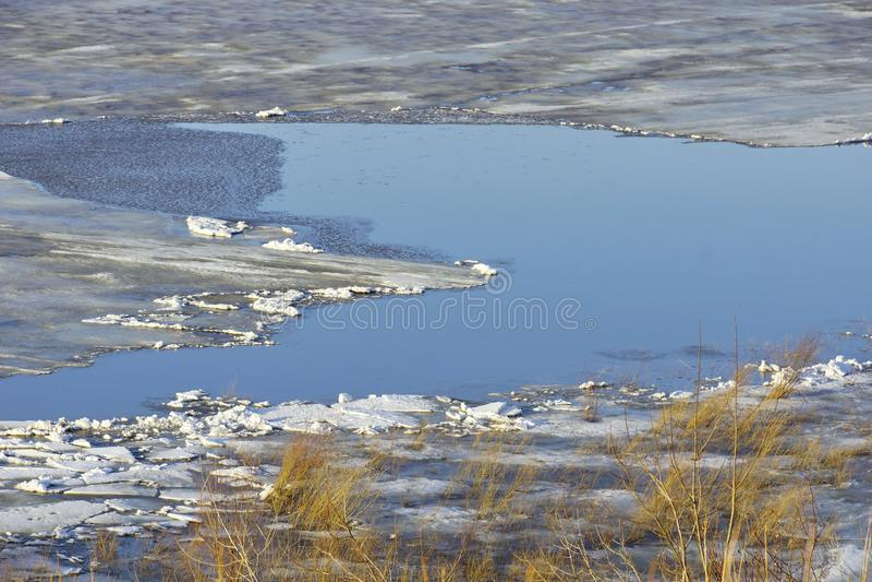 De afwijking van het ijs op de rivier grote ijsijsschollen die op het water drijven S stock fotografie