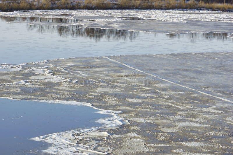 De afwijking van het ijs op de rivier grote ijsijsschollen die op het water drijven S royalty-vrije stock foto's