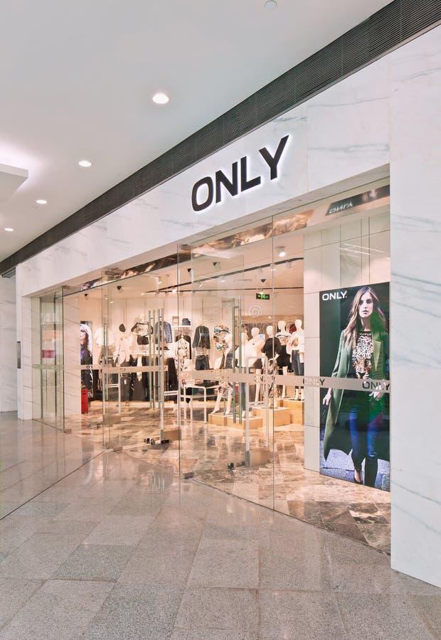 De afzet van de manier slechts kleding in Livat-Winkelcomplex, Peking, China stock afbeelding