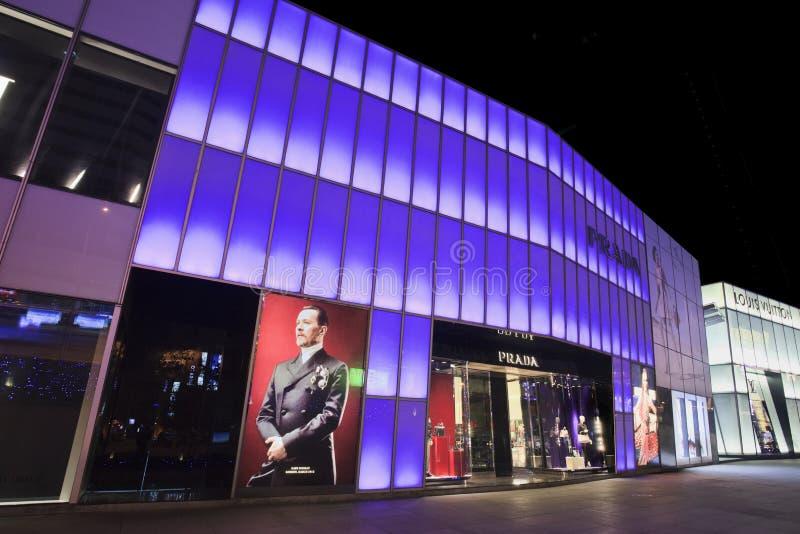 De afzet van Prada bij nacht, Dalian, China stock foto's