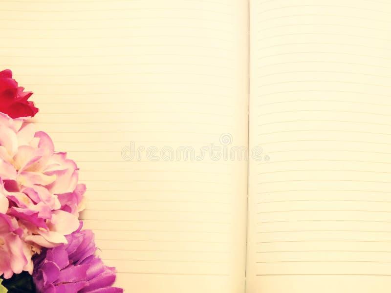 De agenda van het notaboek en mooie bloem bouqet met uitstekende filter stock foto's