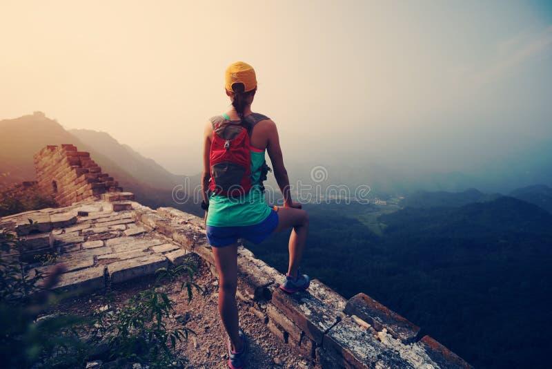 de agent heeft een rust bij grote muur op de bovenkant van berg royalty-vrije stock foto's