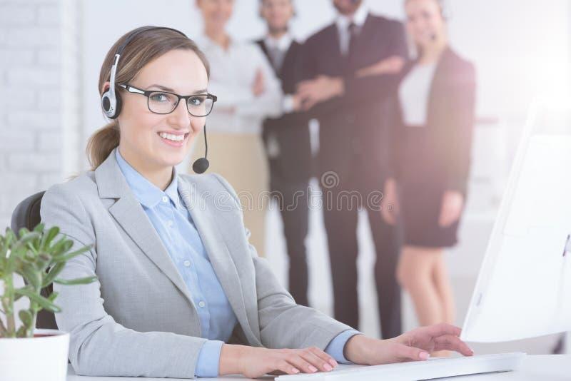 De agent van de klantendienst en haar collega's royalty-vrije stock fotografie