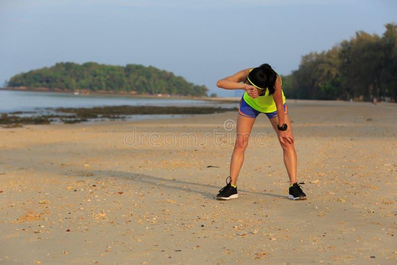 de agent van de geschiktheidsvrouw heeft een rust op strand stock foto