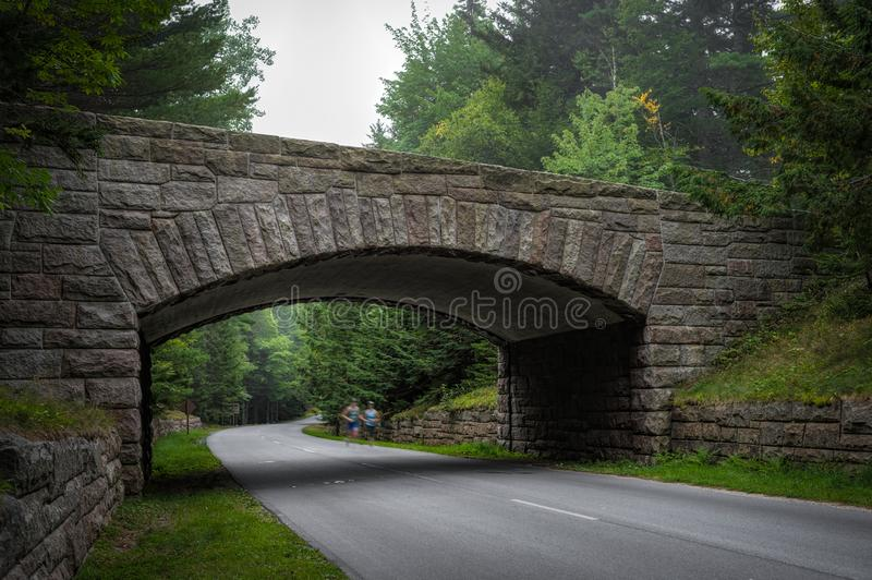 De agenten gaan onder Historische Steenbrug over in het Nationale Park van Acadia stock foto's
