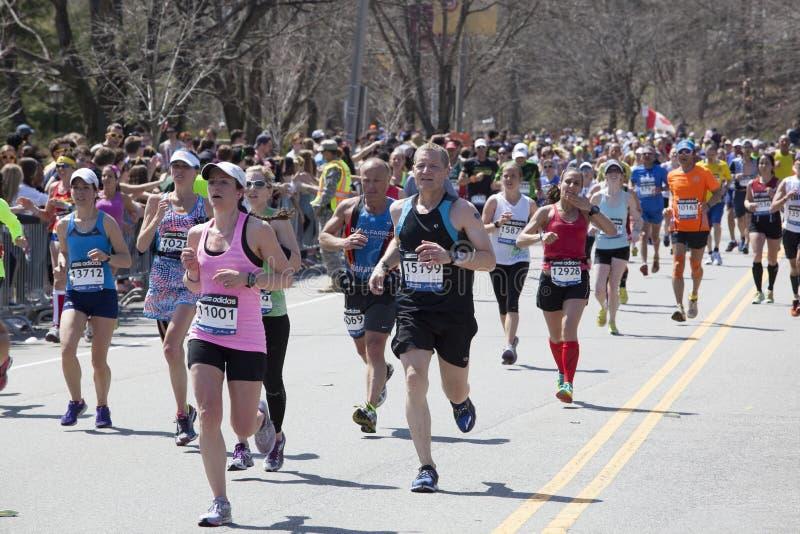 De agenten van de ventilatorstoejuiching in de Marathon 2014 van Boston royalty-vrije stock afbeelding