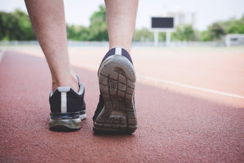 De agentvoeten die van atleet op wegspoor lopen, oefening stoten het concept van trainingwellness aan royalty-vrije stock afbeelding