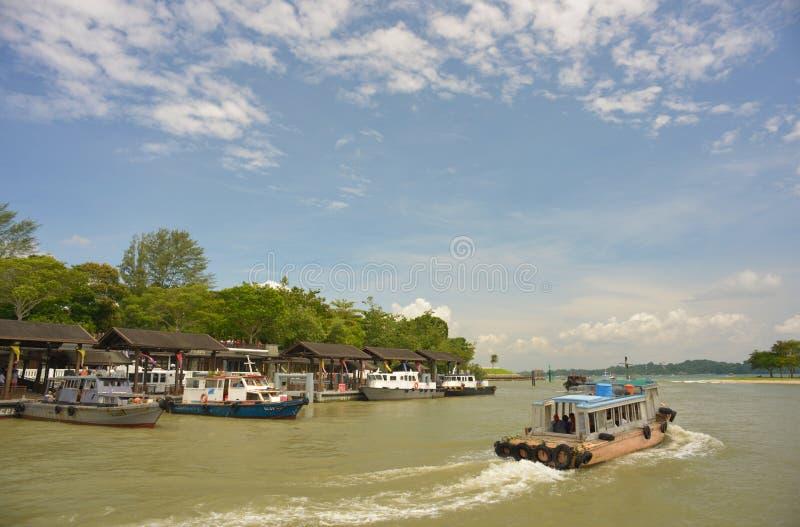 9 de agosto de 2013 - imagen actualizada del paseo del barco a Pulau Ubin Singapur foto de archivo