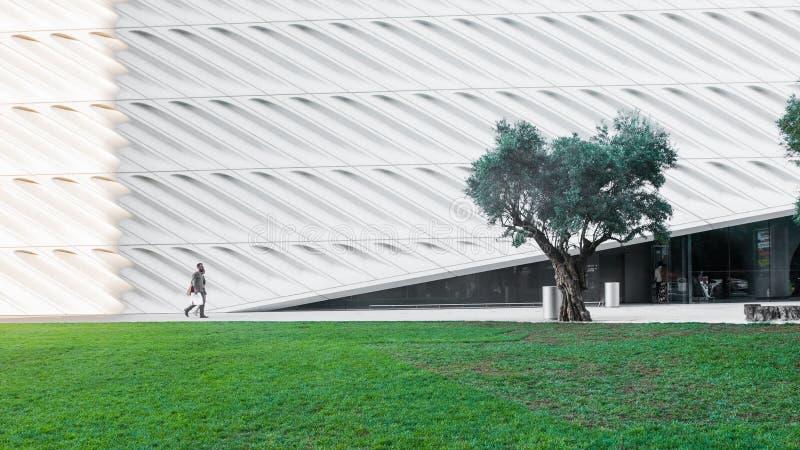 9 de agosto de 2016 - Los Angeles, EUA: Os povos andam através do parque verde ao lado do larga, uma arte contemporânea nova no L fotografia de stock