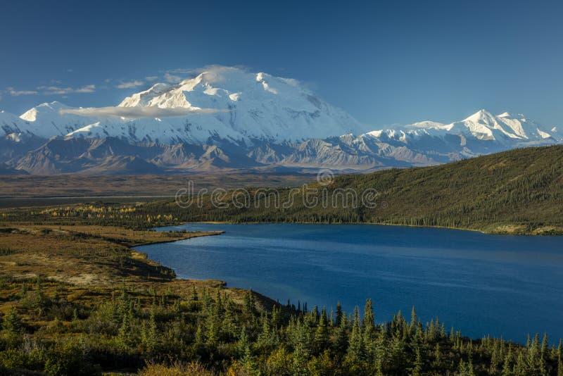 28 de agosto de 2016 - monte Denali e queira saber o lago, conhecido previamente como o Monte McKinley, o pico de montanha a mais imagens de stock