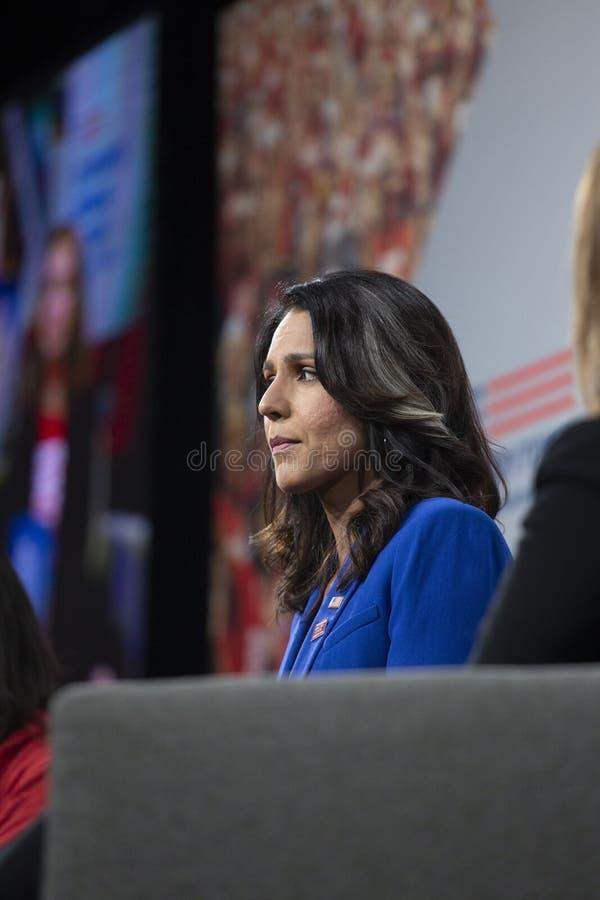 10 DE AGOSTO DE 2019 - DES MOINES, IA/USA: Tulsi Gabbard fala imagens de stock