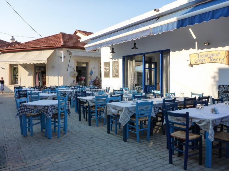 7 de agosto de 2018 Exterior de la taberna griega tradicional en una de las calles de la ciudad de Vathi el capital y el puerto p imagen de archivo